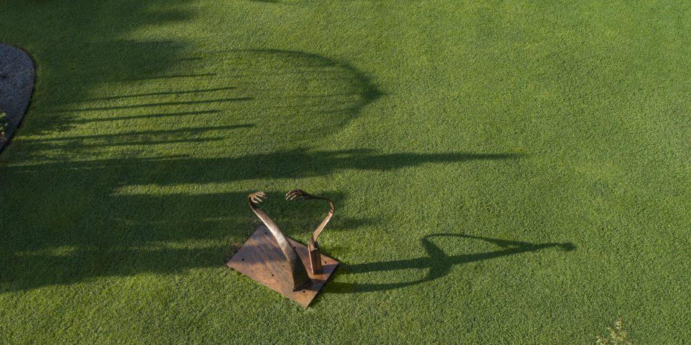 """Here, There & Everywhere"", bronze de Louise Renaud dans les jardins d'Arabelle Meirlaen."