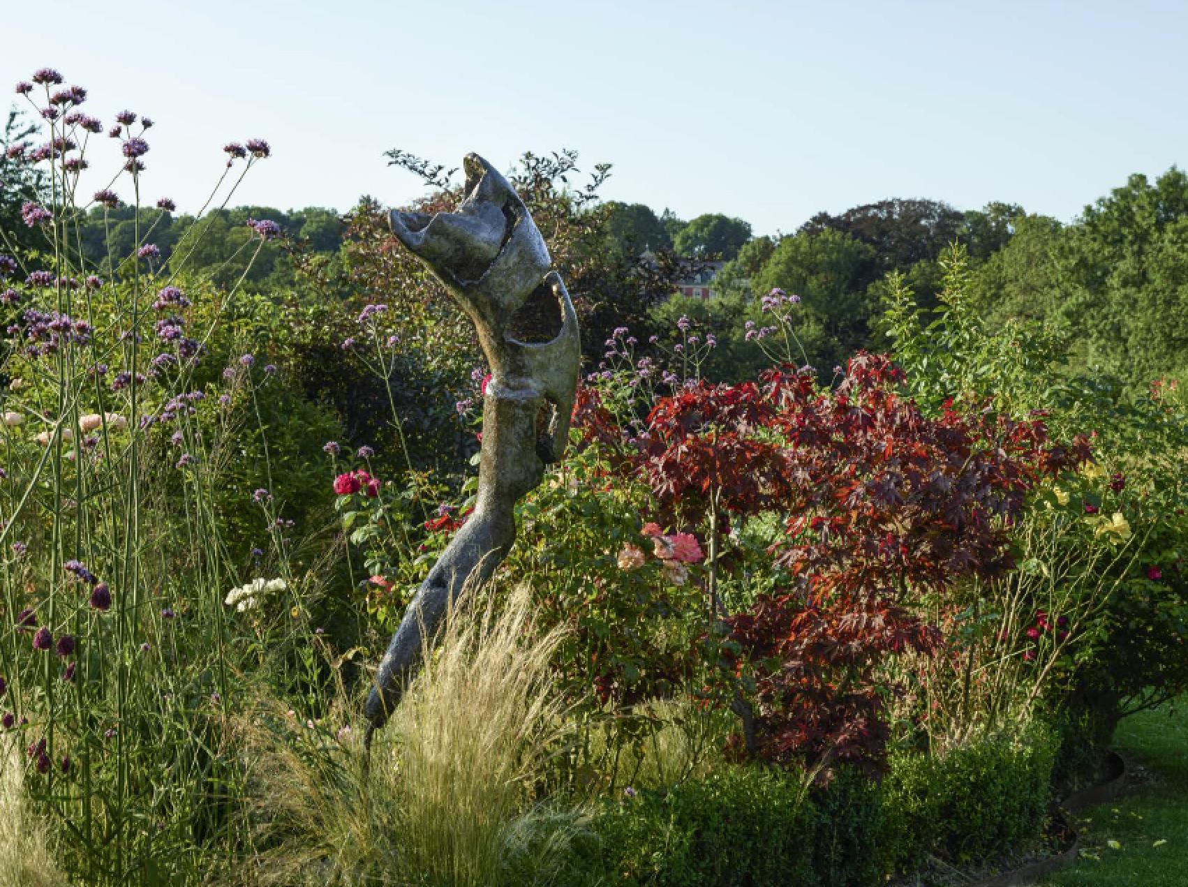 Quiet Resistance 4,sculpture de Louise Renaud dans les jardins d'Arabelle Meirlaen
